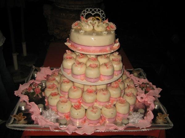 Hochzeitstorte mit 50 kleine Törtchen - Torten - diangel.com - Torten ...